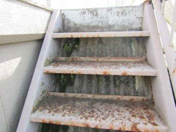 老朽化した屋外階段