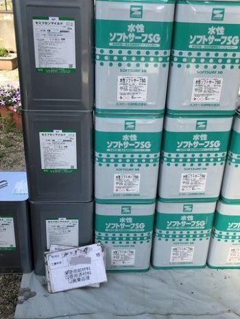 使用前のたくさんの塗料缶