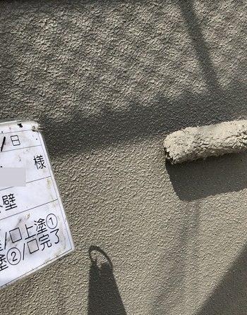 外壁を塗っている