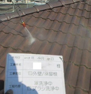 屋根を高圧洗浄機で洗浄