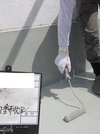 ウレタン防水の中塗り施工中