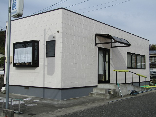 倉敷市西坂整骨院様 屋根は遮熱塗料を使って夏の温度を下げる