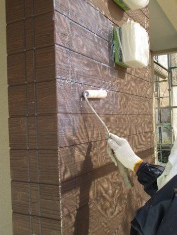 外壁の下塗りを塗っている