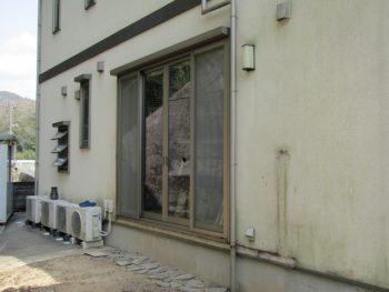 施工前の苔が発生した外壁