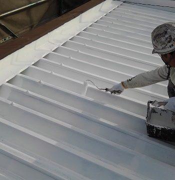 屋根の塗装中