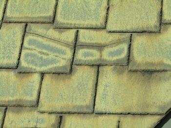 アーバニーの瓦の屋根、割れている