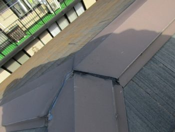 屋根の棟部分のシーリングが切れている