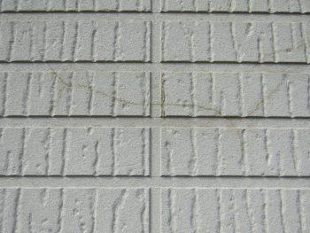 色褪せとひび割れの外壁