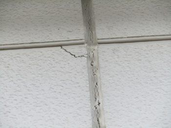 シーリングの切れと外壁の割れ