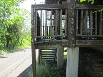 階段の木が腐っている