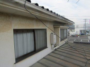 汚れた外壁と色あせた屋根