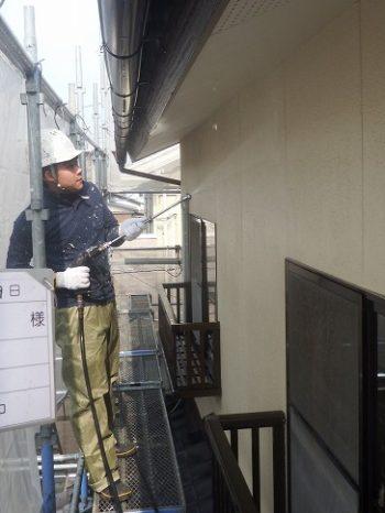 高圧洗浄機で外壁を洗浄