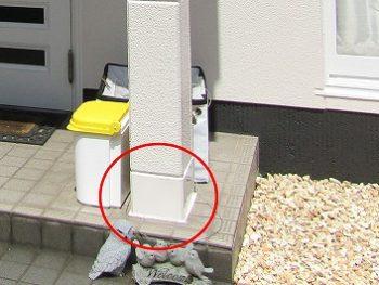 玄関の柱は鋼板で補修