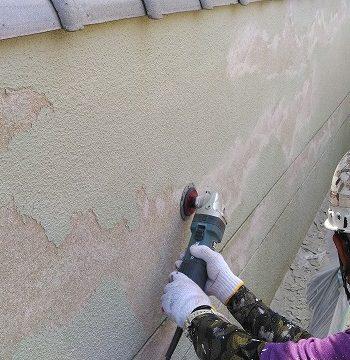 塀の塗膜の浮きをケレン