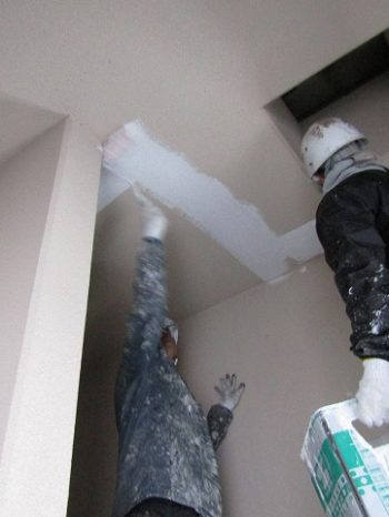 屋内階段の外壁下塗り