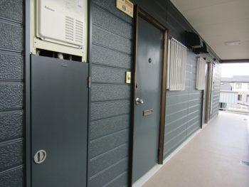 玄関ドア塗装と廊下の長尺シート完成
