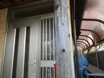 玄関丸太柱の塗装前