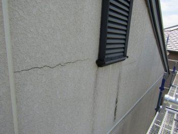 外壁のひび割れと汚れ