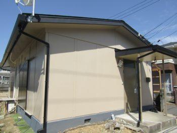 倉敷市 屋根は板金でカバー工法と玄関上のひさしも修理!