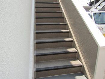 階段は長尺シート貼り