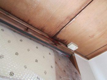 雨漏りにより天井から雨水